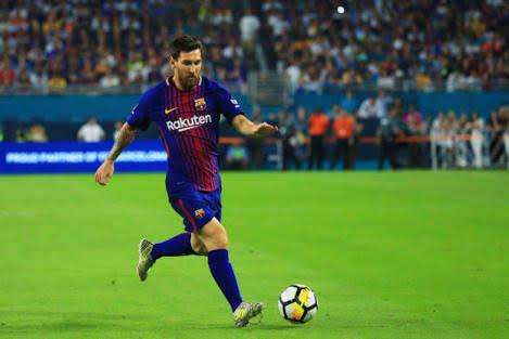 ليونيل ميسي يدير برشلونة والمدرب يقف متفرح