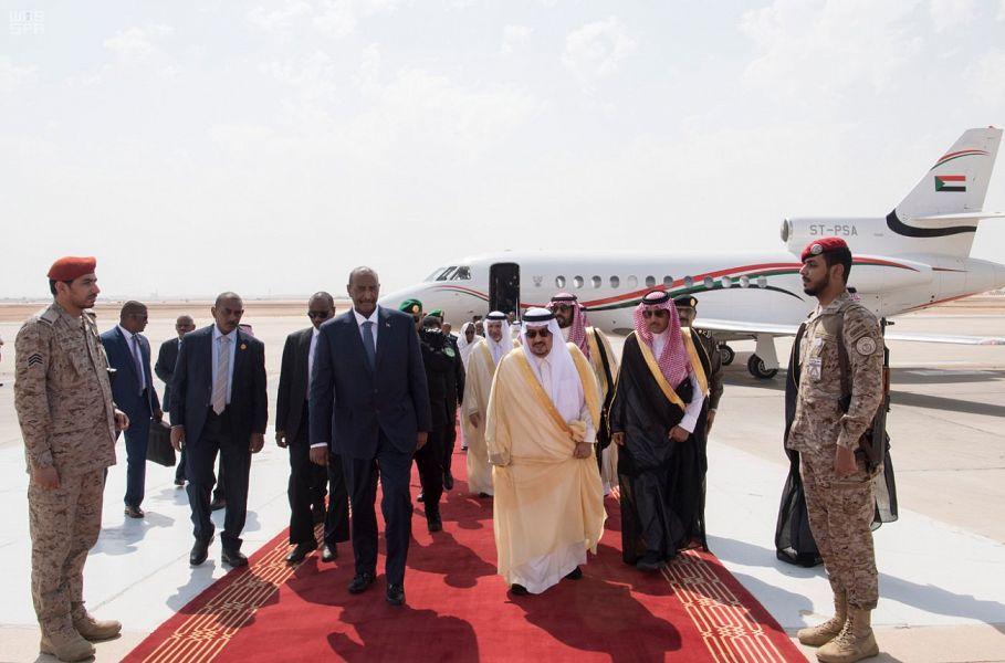 خادم الحرمين الشريفين يعقد جلسة مباحثات رسمية مع رئيس مجلس السيادة السوداني ورئيس مجلس الوزراء