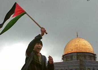 إسرائيل تقصف قطاع غزة بعد إشتباكات جرح خلالها عشرات الفلسطينيين
