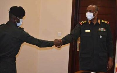 البرهان يكرم جندي بالجيش أعاد مبلغ مالي ضخم إلى صاحبه