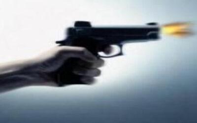 صحفي يتعرض لإطلاق نار أثناء إيقاف سيارته أمام باب منزله