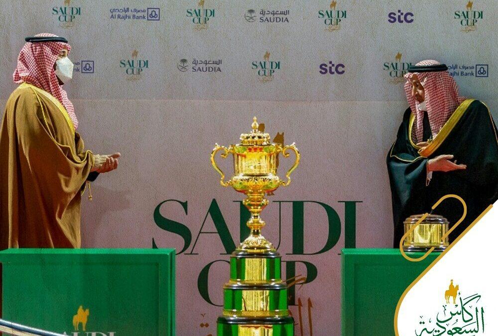 """""""ولي العهد"""" يسلم أغلى كأس في تاريخ السباقات العالمية للخيل"""