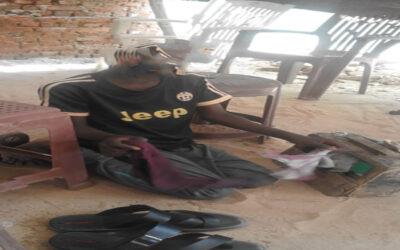 """""""معسكر ابوشوك"""": أطفال في سن الدراسة يعيشون على مسح الاحذية والتسول"""