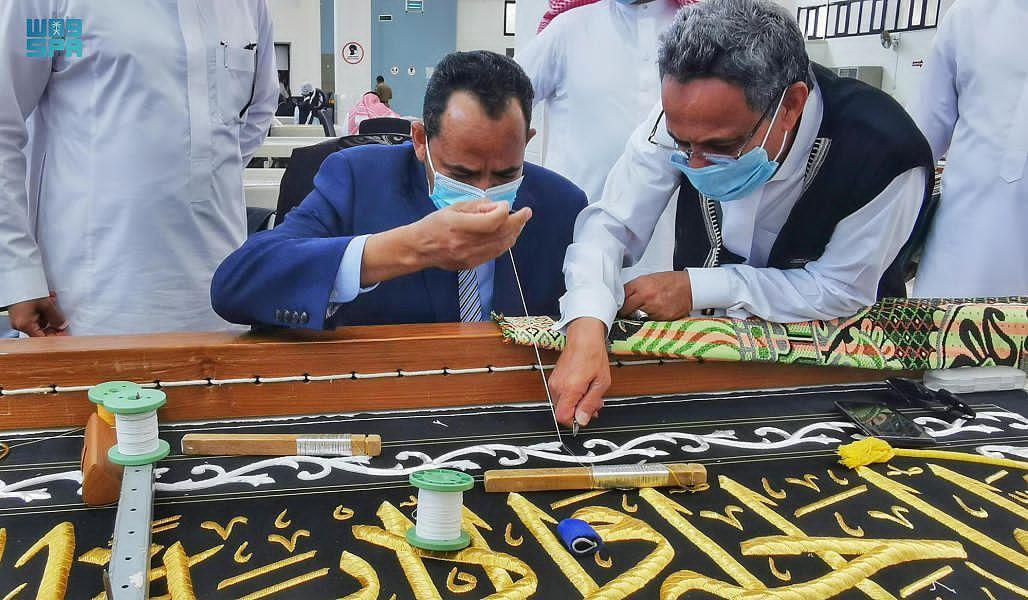 وزير الثقافة والإعلام يزور مجمع الملك عبدالعزيز لكسوة الكعبة