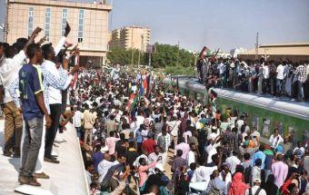 حشود لمتظاهرين أمام لجنة التفكيك مطالبين بالتحول الديمقراطي والمدنية