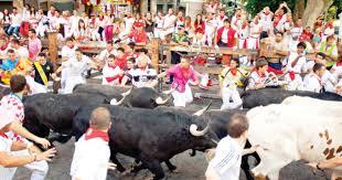 أسبانيا: شوارع فيلاسيكا تشهد أول مهرجان لركض الثيران منذ بداية كورونا