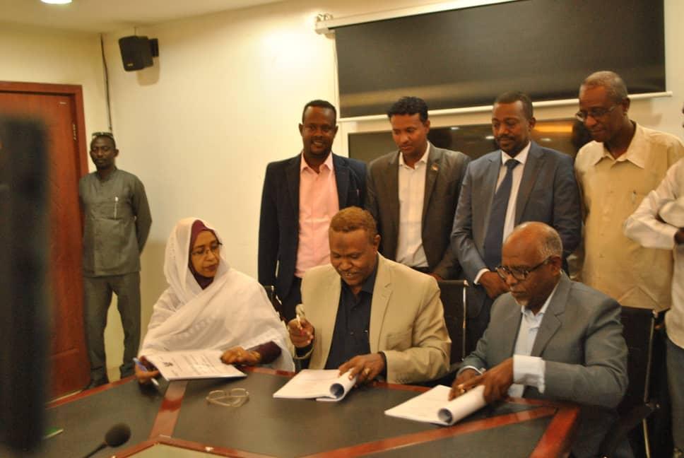 توقيع عقد تنفيذ مشروع طريق مدني _ام القرى الطريق القومي بولاية الجزيرة