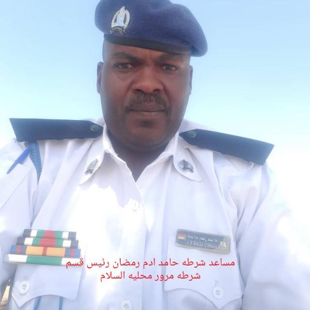 """البرهان يمنح نواط الخدمة الطويلة لرجل المرور حامد رمضان """"سوداني"""""""